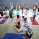 Andy Gonzales mit Kids beim Yoga