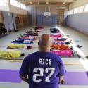 Ali Smith leitet Yoga an