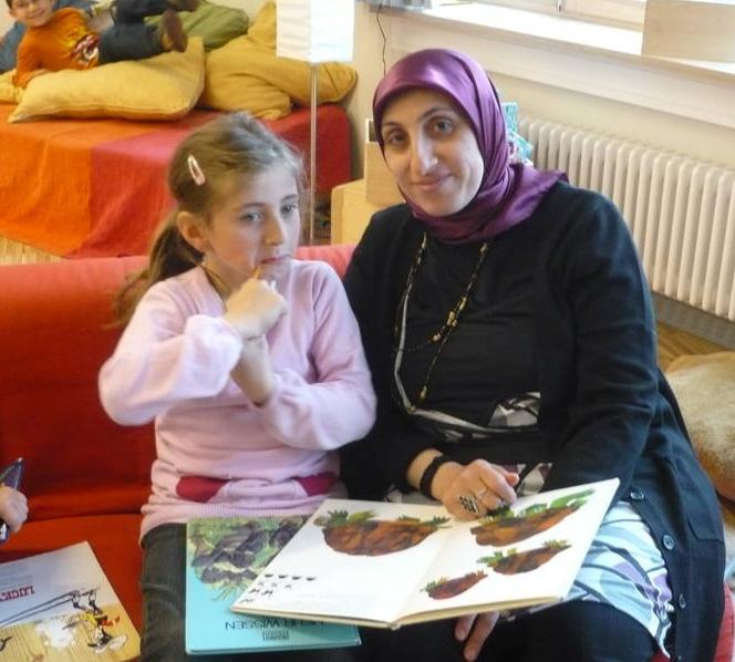 Eltern und Kinder gehen gemeinsam zur Schule