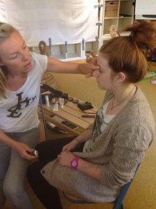 Mari Ann Raum berät die Mädchen beim Styling
