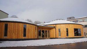 """Just fertig gestellt: das """"Besucherzentrum"""" der Fabrik in zwei mongolischen Vollholzjurten. Foto: Santl"""