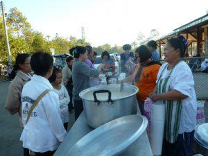 Viele Thailänder schenken jeden Tag etwas.