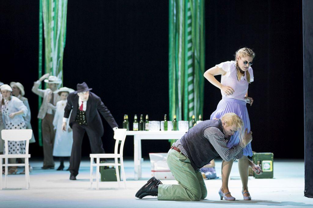 """Bo Skovhus in der Titelpartie, Maria Bengtsson als Solveig und der Arnold Schoenberg Chor in Egks """"Peer Gynt"""" am Theater an der Wien, Februar 2017"""