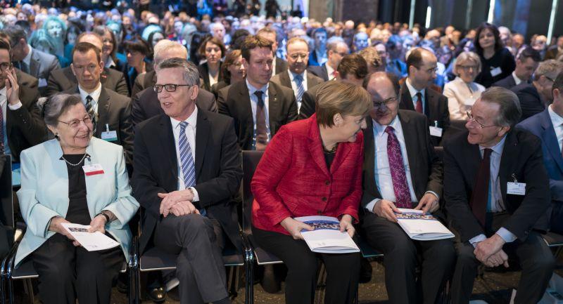Ursula Lehr beim Demografiegipfel 2017 mit Innenminister  Thomas de Maiziere und Bundeskanzlerin Angela Merkel