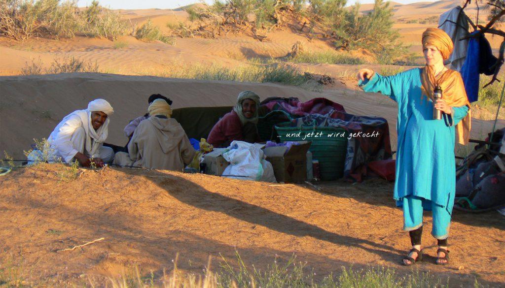 Die Berber kochen für die Reisenden