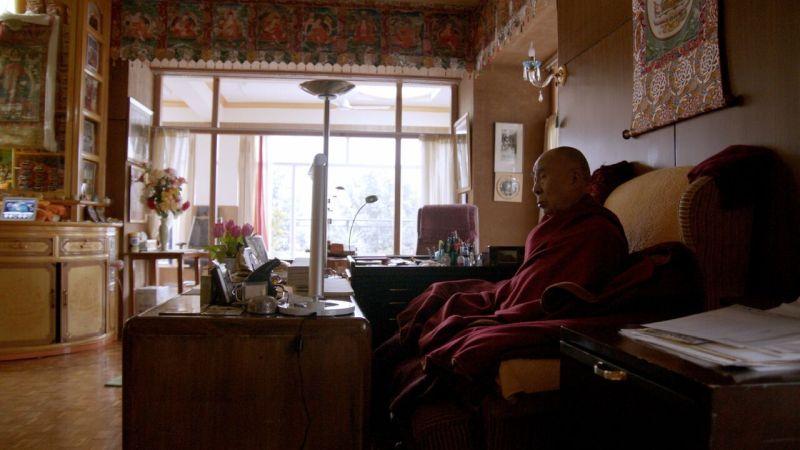 Dalai Lama bei der Morgenmeditation