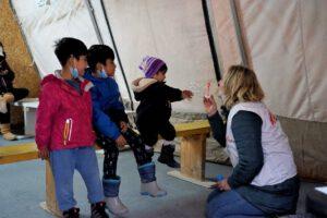 Kinderpsychologin Katrin Glatz-Brubakk mit Flüchtlingskindern